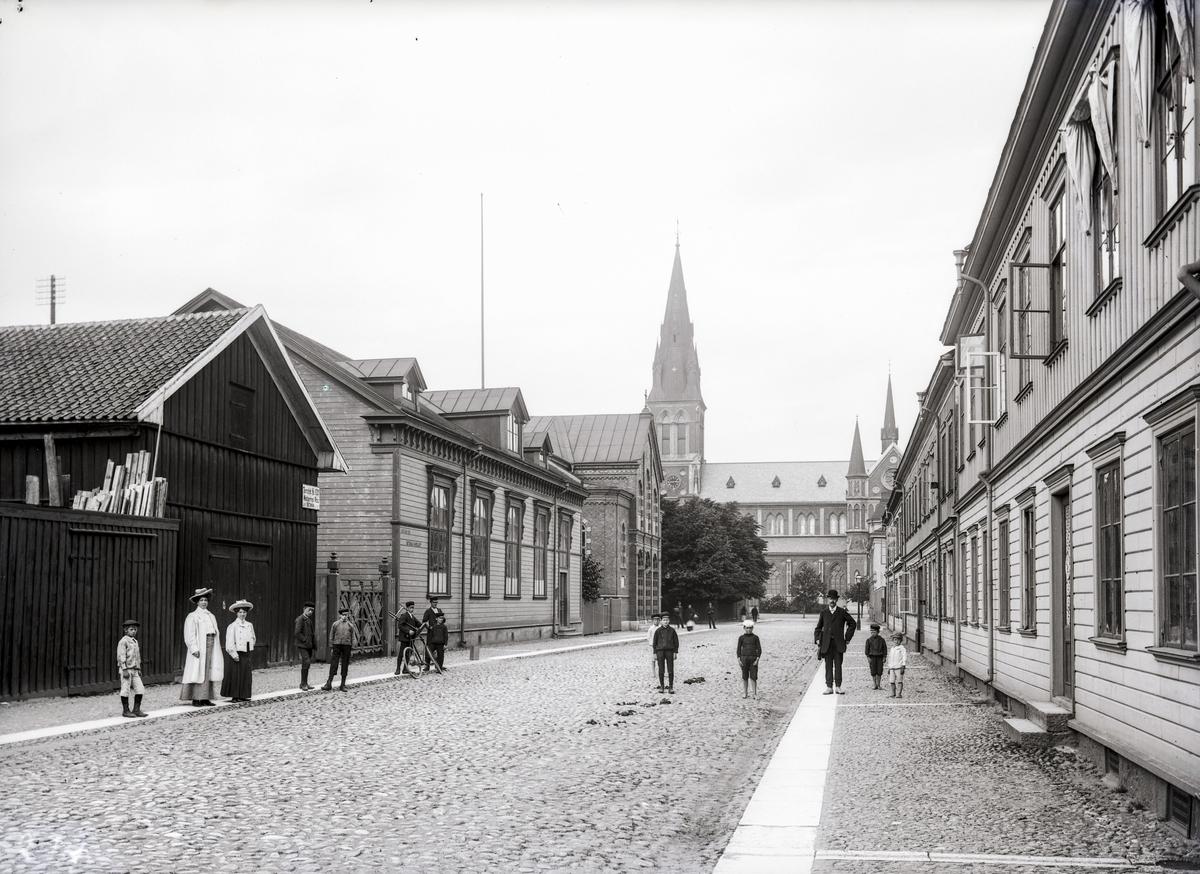 Fabriksgatan mot norr från Gjuterigatan i Jönköping. Längst bort till vänster syns Immanuelskyrkan, byggd 1899-1900 och ägdes av Jönköpings Stadsmissionsförening. Byggnaden intill var Betania, som Baptisterna köpte år 1897.