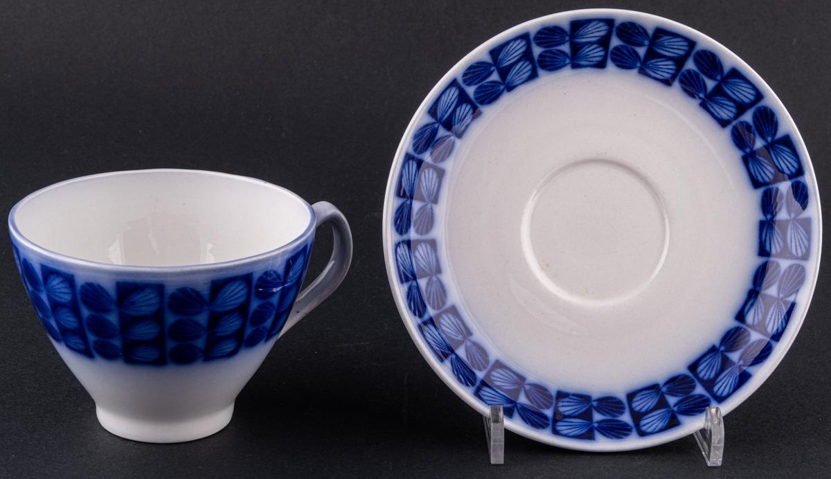 Kopp med fat, modell BT med dekor Pors i flytande blått.