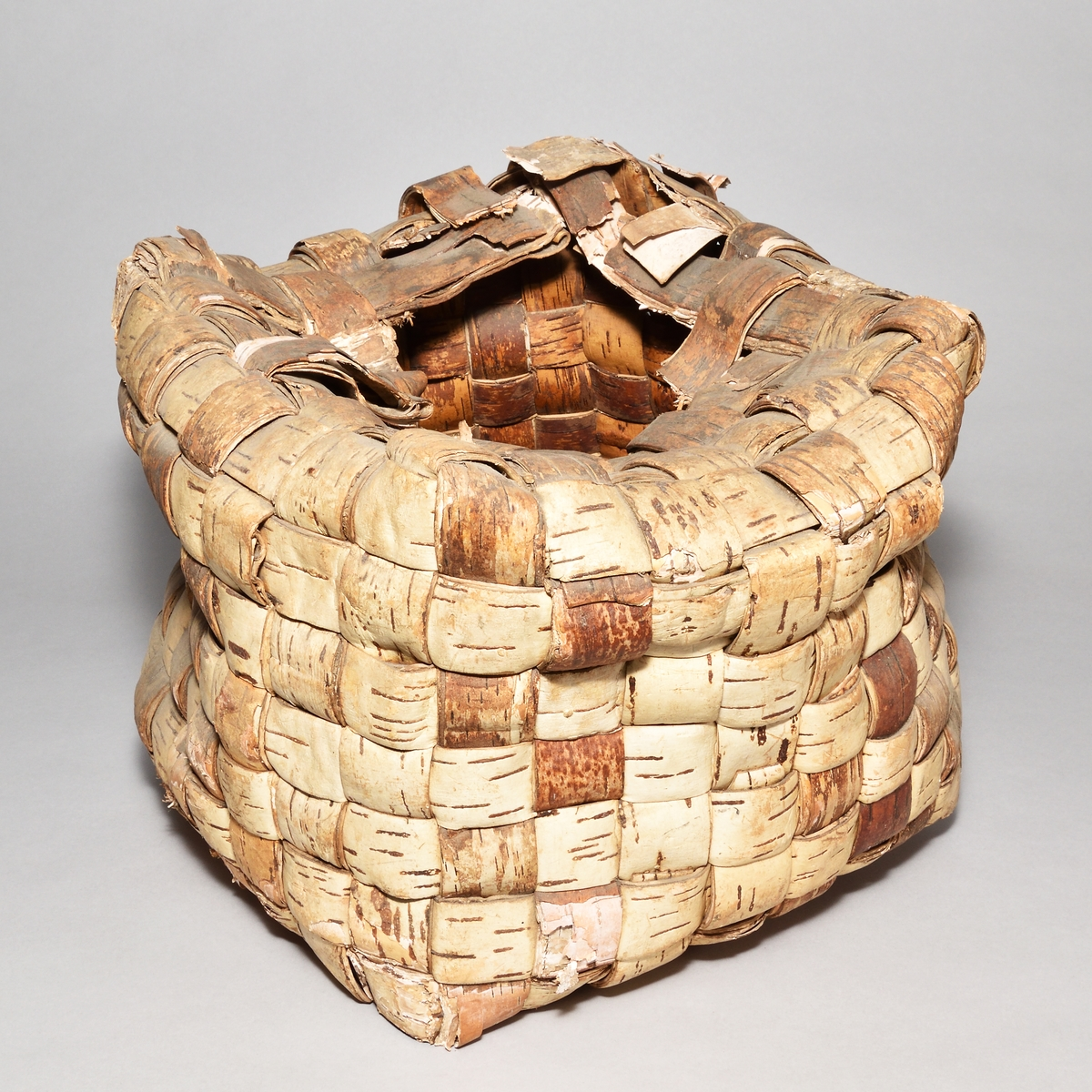 Korg, även kallad kass, kasse, burk, skruck, av flätad näver. Fyrkantig form med hål på översidan.