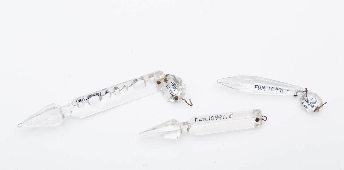 a) Trekantsnitt. 6 fasetter på spiss (19 stkr) b) Diamantslepet glass Diam 2 cm (19stkr) c) Dråpeformet slepet i 8 fasetter (12 stkr) d) Diamantslepet glassten Diam 1,3 cm ( 14 stkr) e) Trekantstav, fasettslepet spiss L= 9 cm D= 1,1cm (5 stkr)