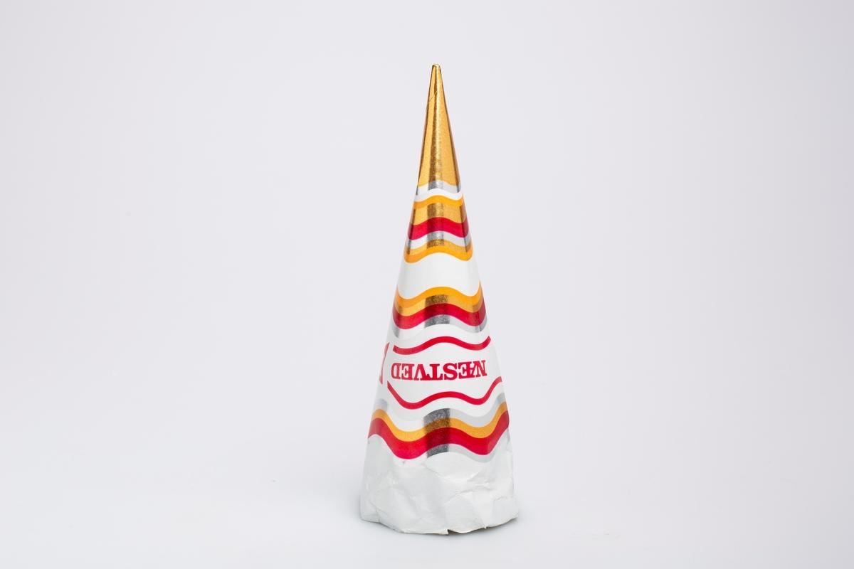 Kjegleformet iskrempapir (kremmerhus) i aluminium og papir. Kremmerhuset er med farger på utsiden, og uten farge (hvit) på innsiden. Den har hvit bakgrunnsfarge med bølgete horisontale striper i gull, rød, oransje og sølv.
