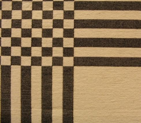 En tunn och smidig hårgarnsmatta med oblekt tvåtrådigt bomullsgarn i varpen. Inslaget består av vitt och natursvart hårgarn. Mattan är vävd i inslagsförstärkt kypert och vändbar. Natursvart dominerar den ena sidan och vitt den andra.  Mattan är märkt med R39:1 på ett vitt bomullsband. En pappersetikett är fasttråcklad i ena hörnet. Texten lyder: Matta Rutt, Bredd: 1,40 m, längd: 2,40 m, Material Ull/Bomull, Beställningsvara Ann-Mari Nilsson.  Matta med modellnamn Rutt är formgivet av Ann-Mari Nilsson och tillverkat av Länshemslöjden Skaraborg. Det finns med  på sidan 92-93 i vävboken Inredningsvävar av Ann-Mari Nilsson i samarbete med Länshemslöjden Skaraborg från 1987, ICA Bokförlag. Se även inv.nr. 0001-0038,0040.