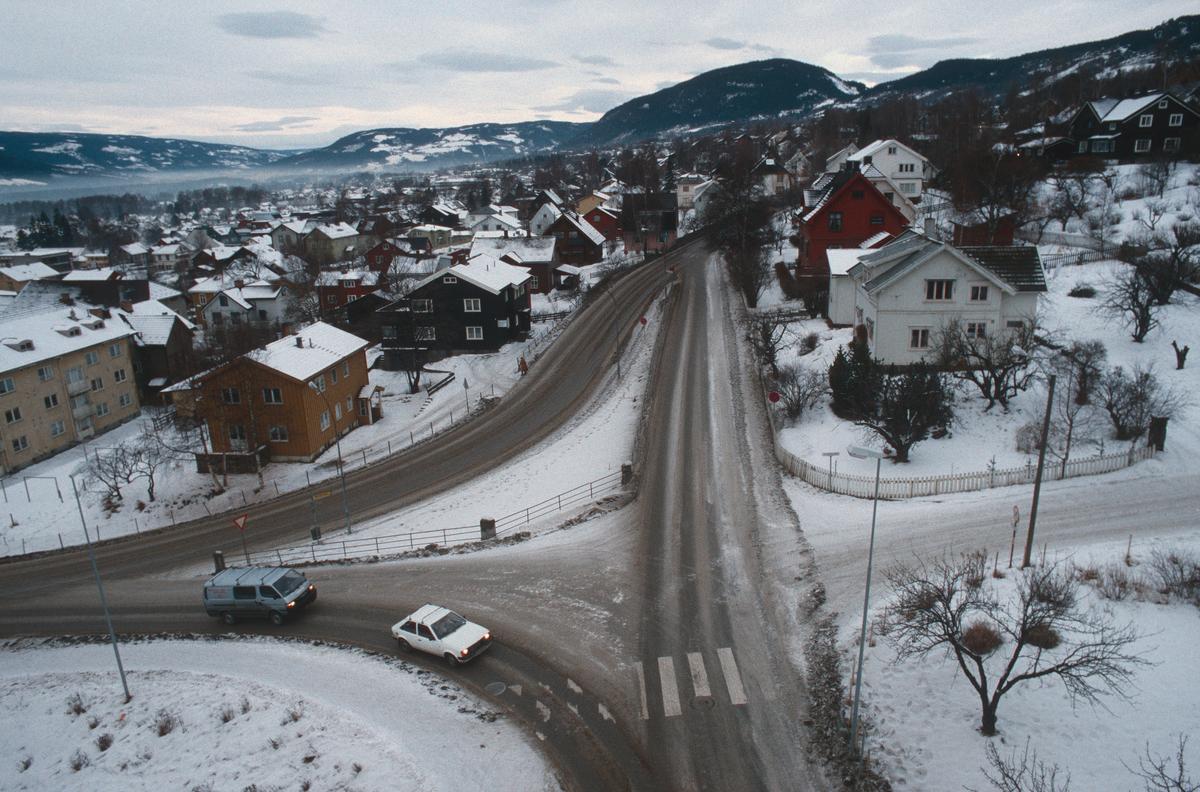 Lillehammer.  Krysset Nordsetervegen - Lysgårdsvegen - Spinnerivegen før ombygging.  Utsikt fra kran mot nord-vest.