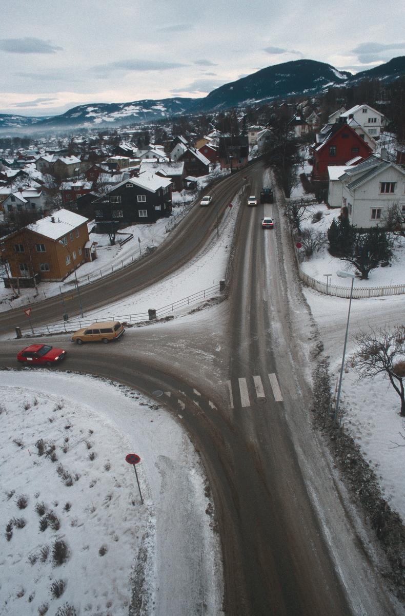 Lillehammer.  Krysset Nordsetervegen - Lysgårdsvegen - Spinnerivegen før ombygging.  Utsikt fra kran mot nord-nord/vest.
