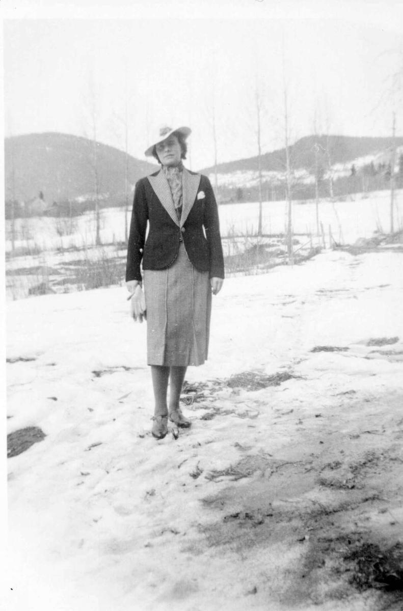 Repro: Dame med drakt og hatt, antakelig på Lysgårdsjordet, Lillehammer.