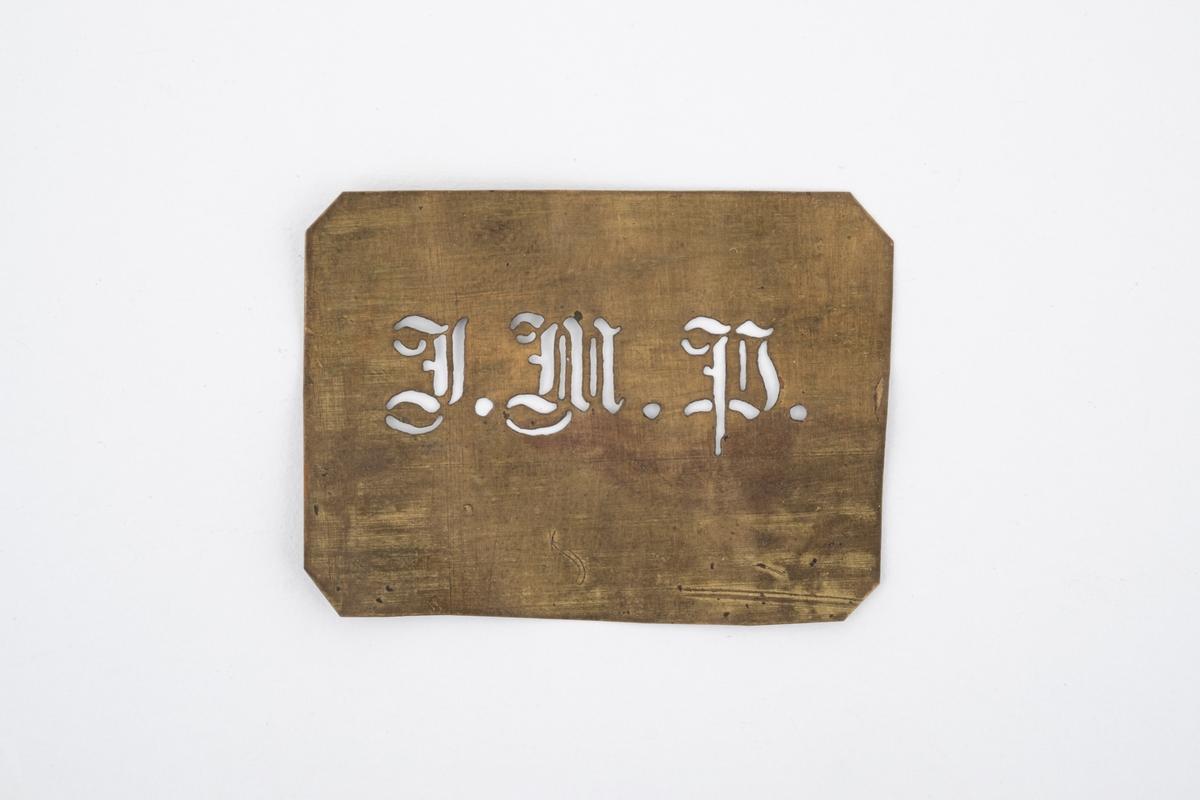En liten tynn sjablong av messing med utstanset initialer.