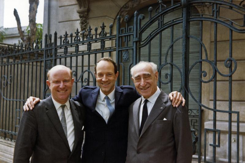 Bildet tatt i forbindelse med Ringve Museums kjøp av Morpurgosamlingen i 1967. Fra venstre: Uhlfelder, Jan Voigt og Adolfo Morpurgo som er foreviget utenfor Morpurgos hjem i Buenos Aires, Argentina. (Foto/Photo)
