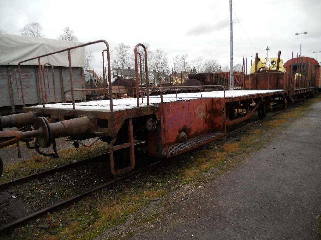 Flakvagn ombyggd som åkvagn för växlare, SJ Om 361 8 136-6. Pressad plåtram.  EVN-nummer: 43 74 3720 363-5