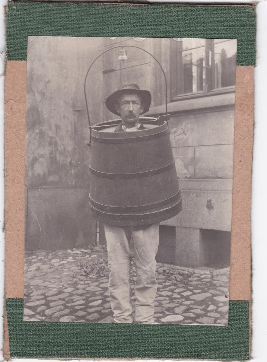 Person iført en spansk kappe. Bildet viser sannsynligvis ikke en forbryter, men er kun ment som et illustrasjonsfoto.