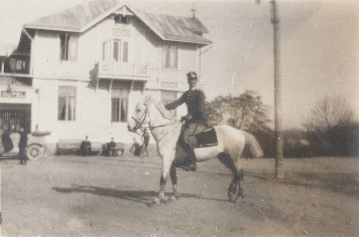 Soldat till häst framför Societetshuset i Mariehamn.