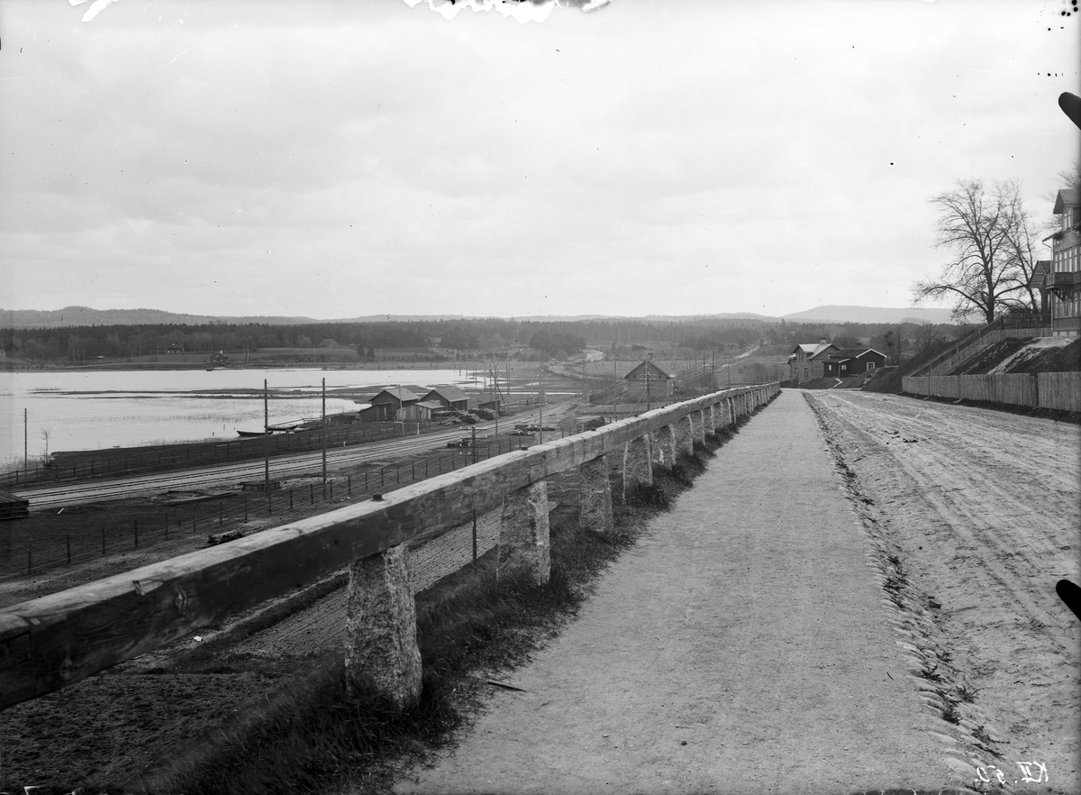Barnarpsgatan vid Jönköpings södra utfart med utsikt över den så kallade Jordbron och Munksjöns södra sida. Till vänster går Vaggerydsbanan och på andra sidan sjön anas den tidigare hälsobrunnen Västerbrunn. De sista husen innan stad övergick i landsbygd hette Åbonäs och Åbacken.