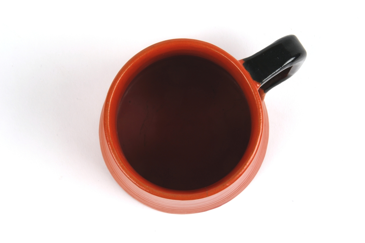 Uranrød krus med sort glasur.