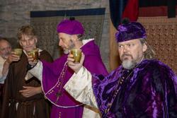 Møtedeltakerne løfter begrene med vin og skåler for det de har kommet fram til.