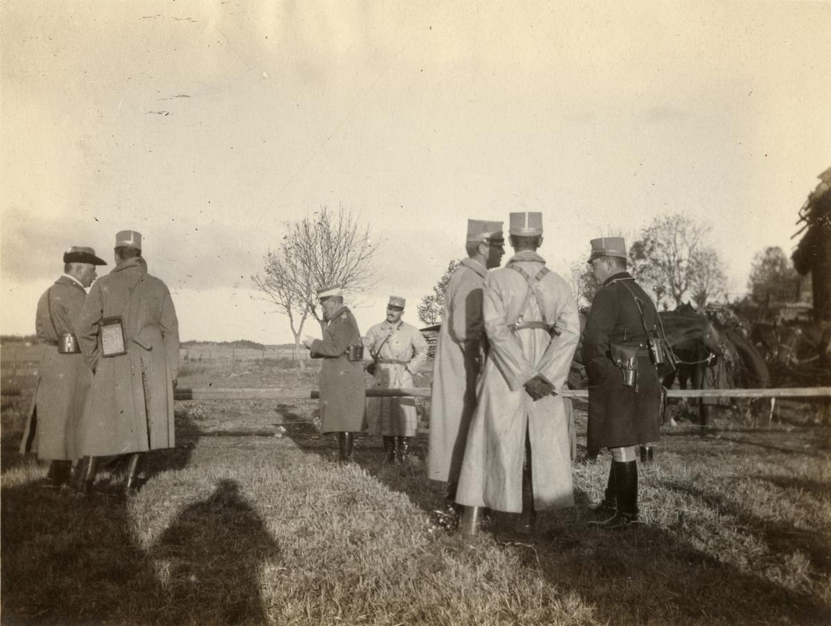 Major Ernst Linder, ryttmästare Axel Braunerhjelm, ryttmästare Robert Cederschiöld, ryttmästare Thure Bielke, ryttmästare Erik Uggla och löjtnant Emil Trägårdh under Enköpingsmanövern 1914.
