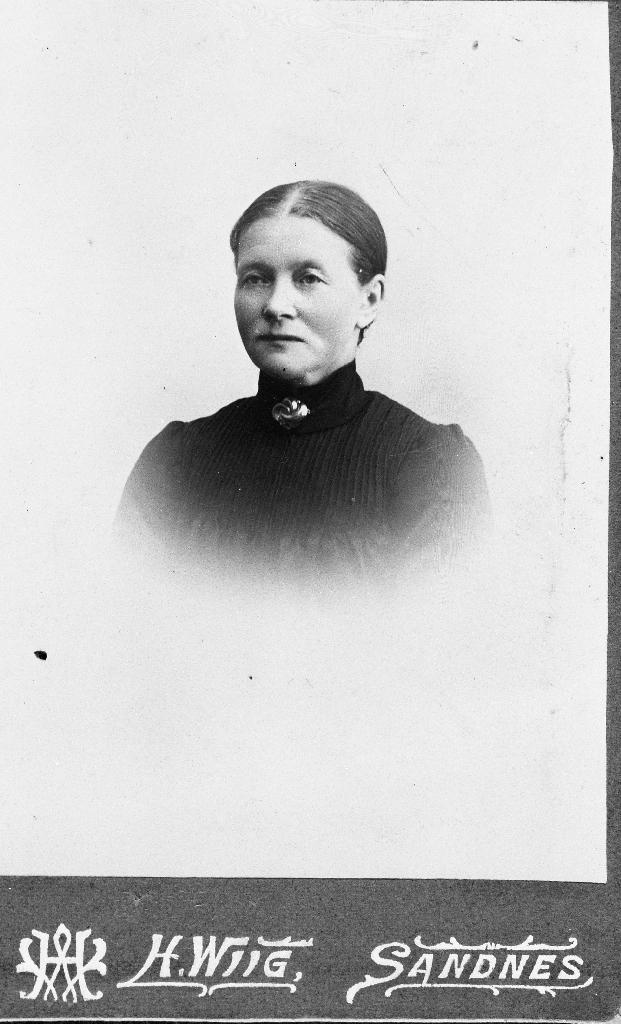 Gustava Njå (1852 - 1942) f. Kverneland, søster til O. G. Kverneland, g. m. Ole Olsen Njå (1842 - 1928)