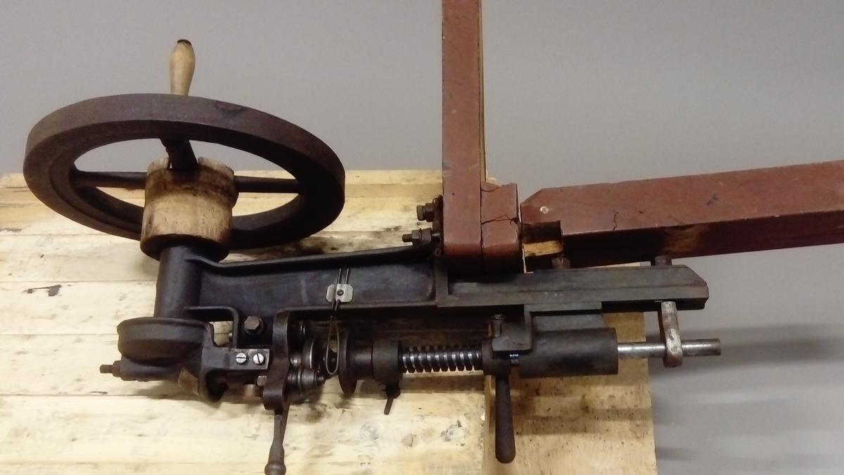 Falsemaskin fra Dalen på Forsnes på Hitra. Brukt i hermetikkproduksjon, på den første fabrikken på Hitra.  Maskina virker å være i god orden, men trerammen er noe slitt.