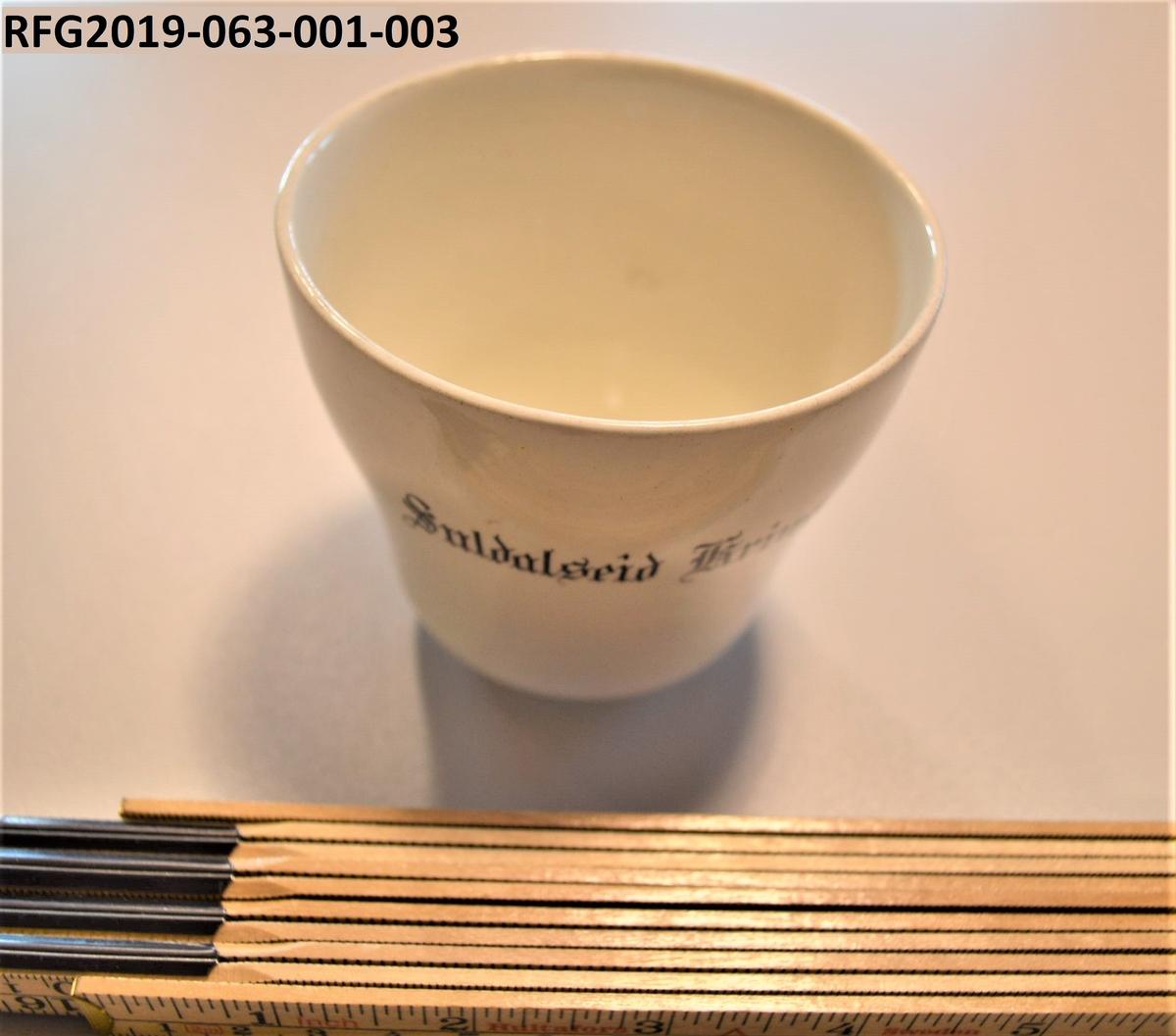 Suppefatene og den ovale skålen har stempel fra Egersund Fayancefabrik fra perioden 1920-1952, to av asjettene har stempel fra Egersund Fayancefabrik som dateres til perioden ca. 1920-1925. Alle delene er hvite og har innskrift «Suldalseid Krins.», men ikke noe annet mønster. Museet har allerede en kaffekopp, en skål og en asjett i samme utforming og med samme innskrift i samlingen (RFG2009-069-114).  Objektene er del av et dødsbo etter Laurense Valskår og Signe Torsvik, Suldalseid. De ble sendt til Signe Løk i Vinje som igjen sendte dem med Gunnbjørg Kvarstein til Ryfylkemuseet. Gunnbjørg Kvarstein nevnte at giveren Signe Løk ikke var interessert i objektene og at de skulle kasseres dersom museet ikke var interessert i å ta objektene imot som gjenstander.