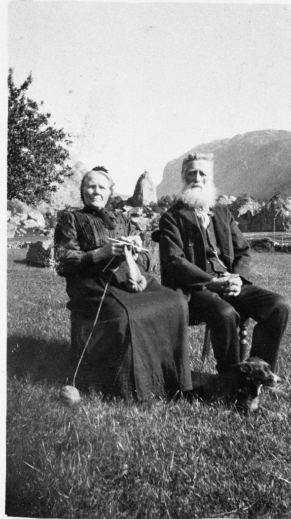 Berte Elisabeth f. Njå (1847 - 1936) og Lars Nilsen Oftedal (1842 - 1931). Biletet er teke i Oltedal ca 1920. Berte Elisabeth med spøt.