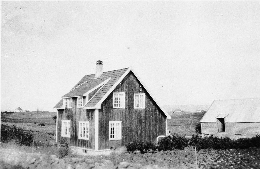 Våningshuset til Olava Marie f. Time (1889 - 1969) og Albert Rasmussen Auglend (1886 - 1957) på Kringsjå/Elisberget Bryne. (Auglendsfeltet)