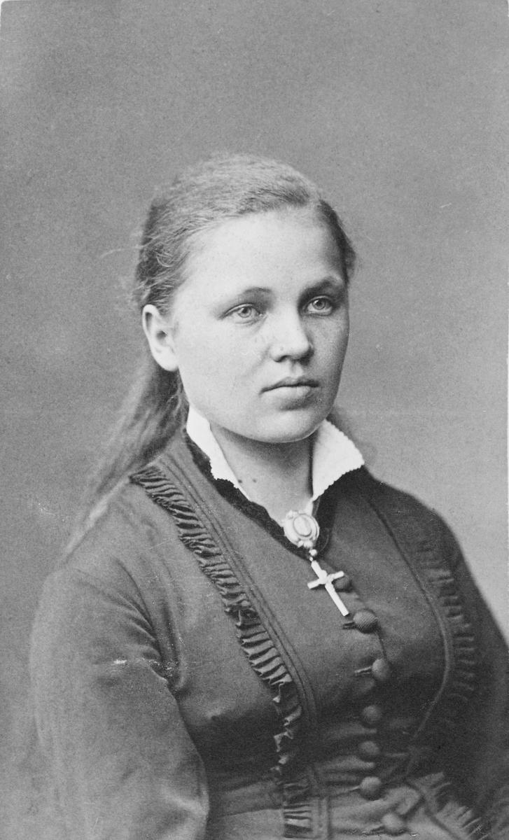 Portrett av ung kvinne - Karen Nilsen, født 1866 i Bergen. Gift med Ivar Mortenson Egnund (født 1857) i Alvdal