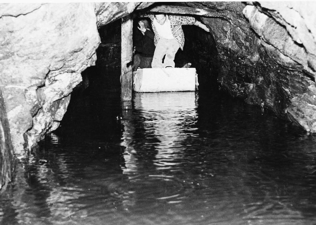 Mann i båt i Garborggruva. Han driv med oppmåling. Gruva er 14-15 meter lang og på det djupaste er vatnet 13 meter.