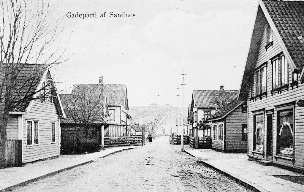 Gateparti frå Sandnes. Gjesdalvegen med Austrått i bakgrunnen.