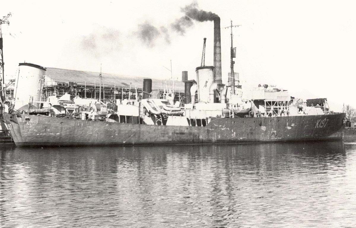 """Flowerkl.- korvetten """"Eglantine""""(K 197) - Styrbord side. Babord side til kai."""