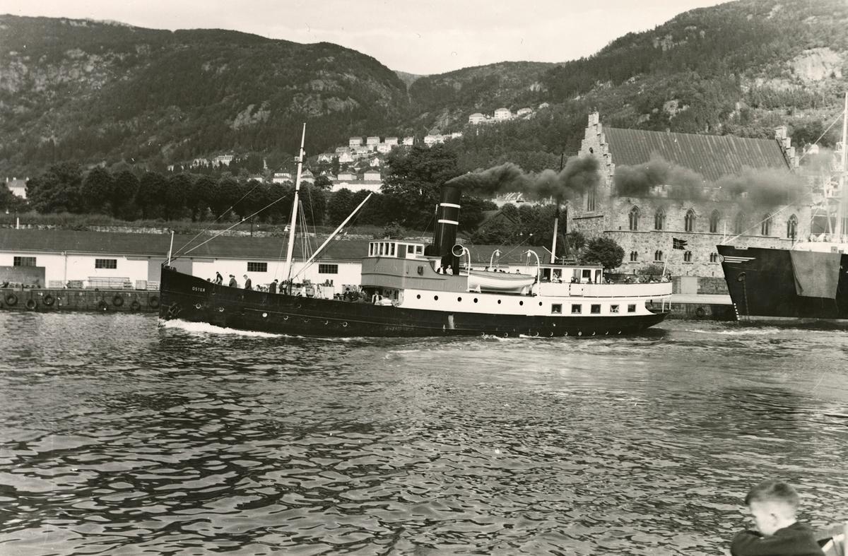Motivet viser DS OSTER (bygget 1908) med Håkonshallen i Bergen i bakgrunnen.