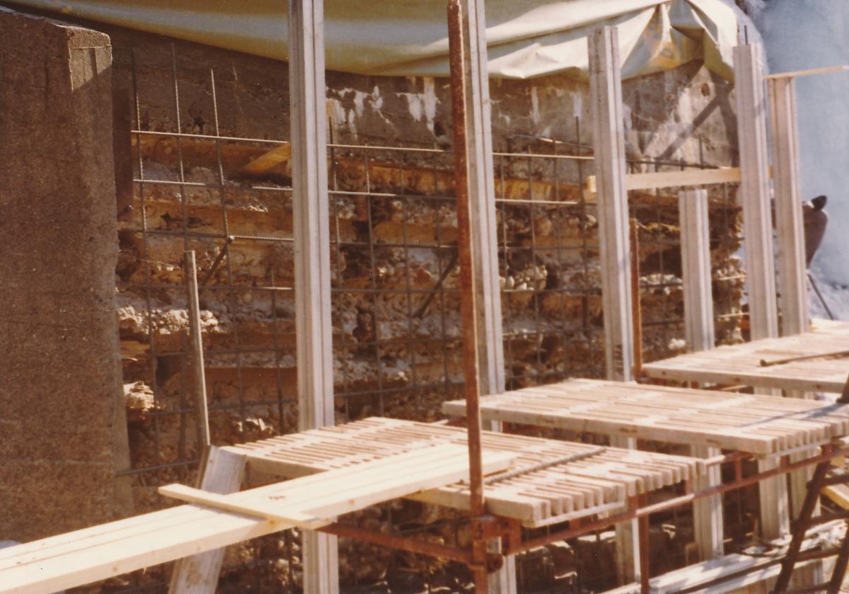 Forskallingsarbeid i forbindelse med arbeider på dammen på Kistefoss