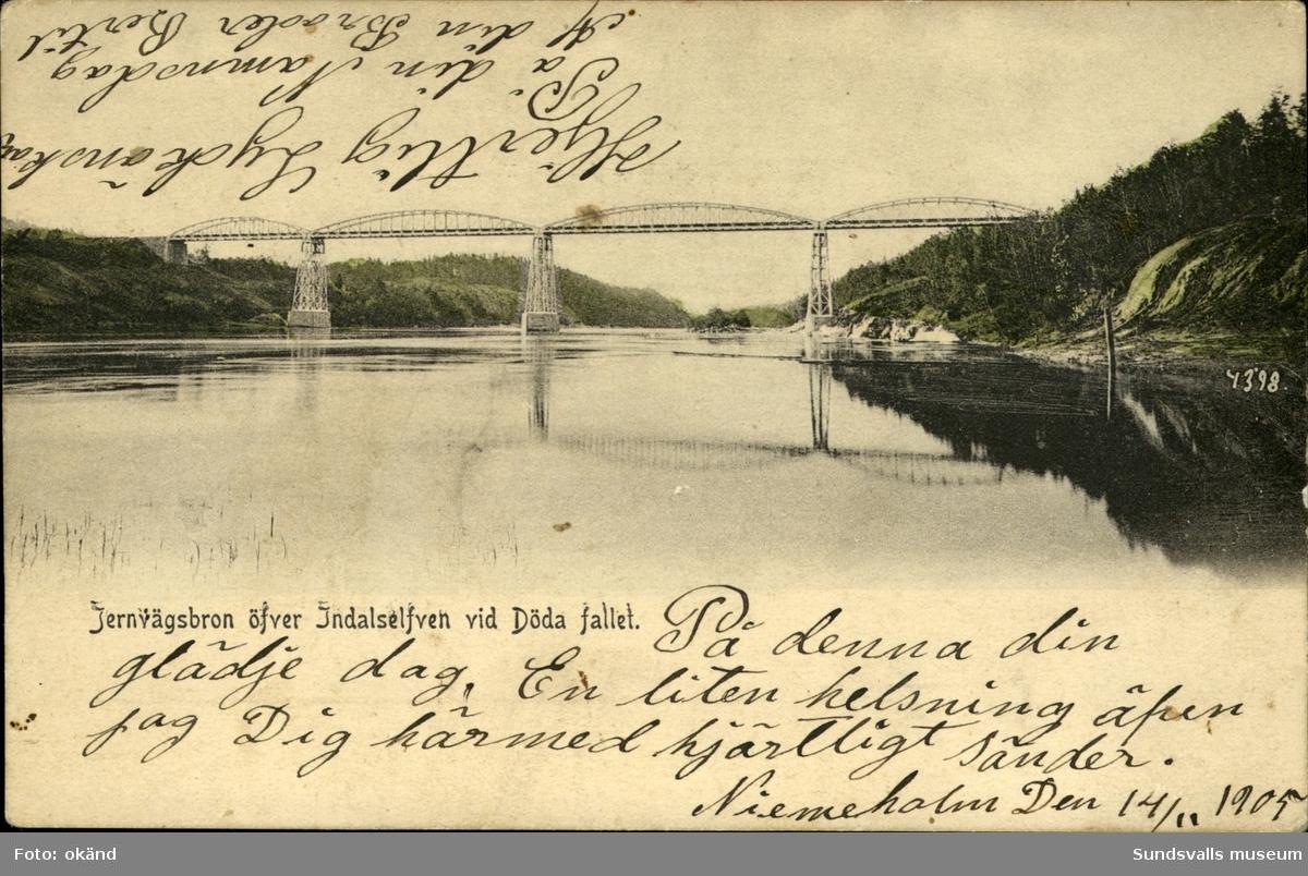 Vykort med motiv av järnvägsbron över Indalsälven vid Döda fallet.
