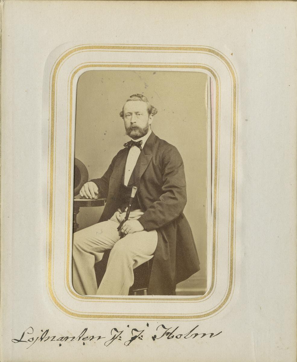 Porträtt av Johan Julius Holm, löjtnant vid Andra livgrenadjärregementet I 5.  Se även bild AMA.0001873 och AMA.0001959.