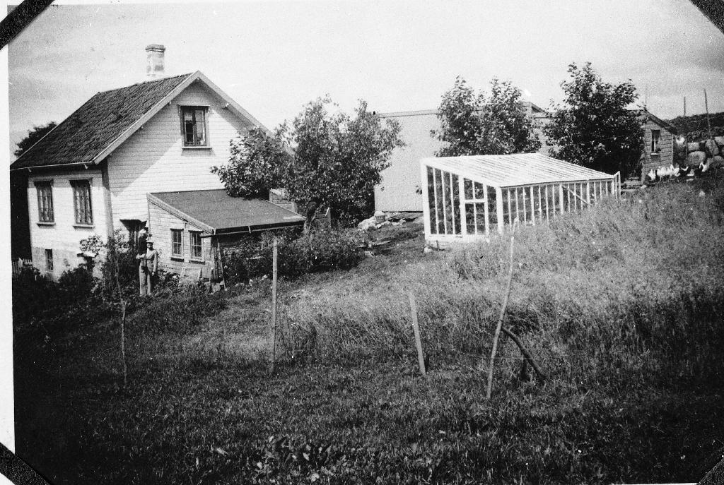 Huset til Anna f. Fjermestas (11.3.1890 - 3.10.1972) og Karl Holen (15.1.1895 - 4.1.1967), Reevegen 20. Det er heimen til Jenny g. Rysstad (18.7.1918 - 9.8.1990).