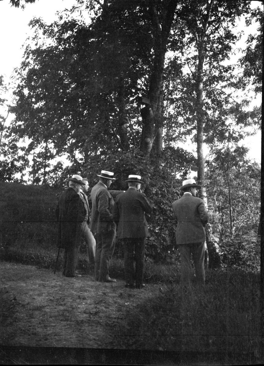 Fem menn ser ned på Kragerø stadion. Trolig 17.mai. 1920 - 30.