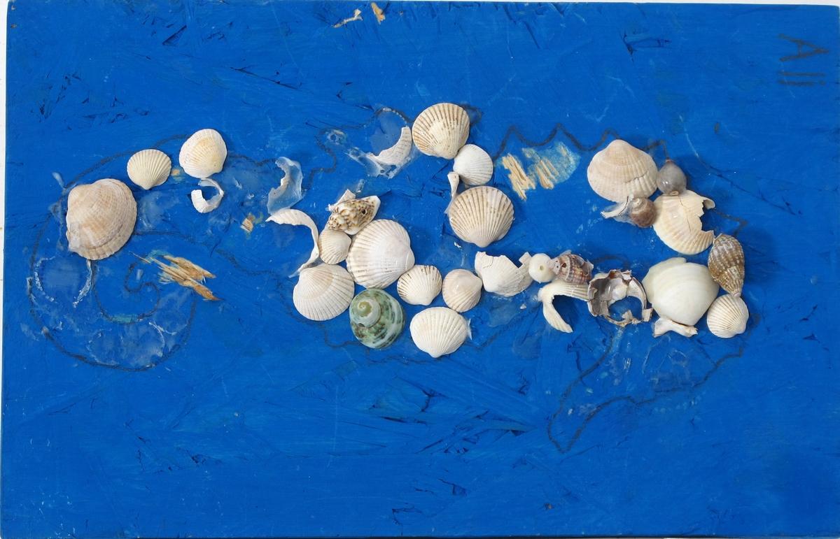 Matrialbilde av skjell o.l. Blåmalt plate, med pålimte hvite skjell. Hyssingløkke til oppheng.