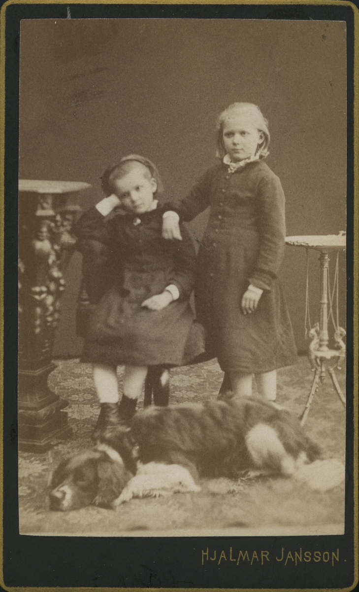 Alfild och Mana Wallberg med Lord, 1881.