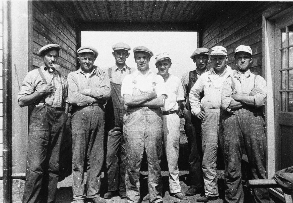 Arbeidsfolka som bygde Time Prestegard i 1932. Frå v. : Gabriel Høyland, Martin Salte, Hans Ree, Ingolf Thu, Olav Stangeland, Per Egeland, Øystein Stangeland, Peder Herigstad.