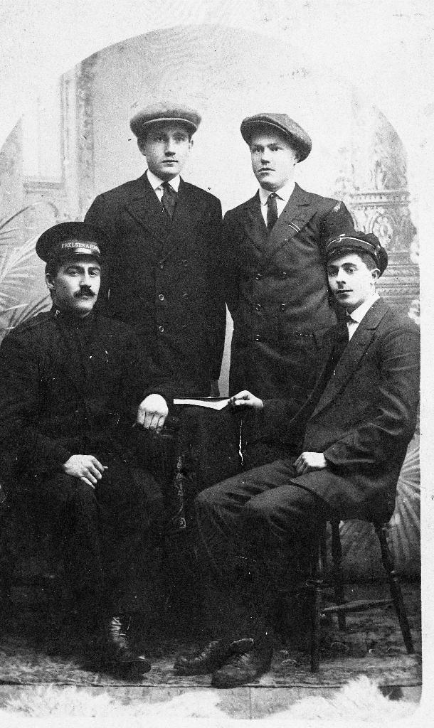 Fire menn som var medlemar i Frelsesarmeen frå Bryne. Frå v. : Leiar for Bryne korps i uniform ukjent namn, Tor Ree, Konrad Nesse, John Stensland (1896 - )