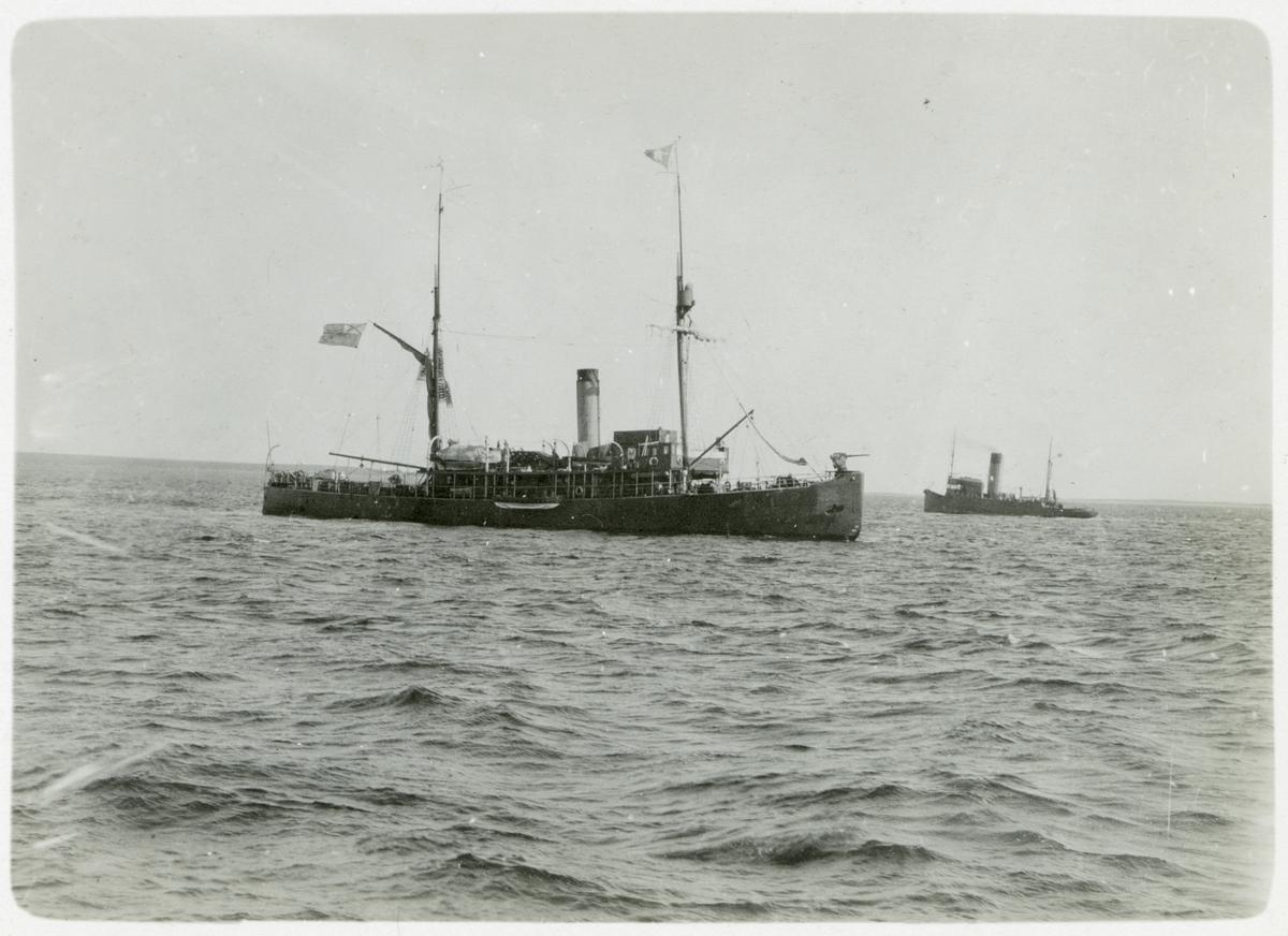 Den ryska kejserliga marinens isbrytare Taymyr samt ett till oidentifierat fartyg.
