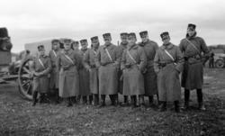 Värnpliktiga i päls och uniform m/1910.
