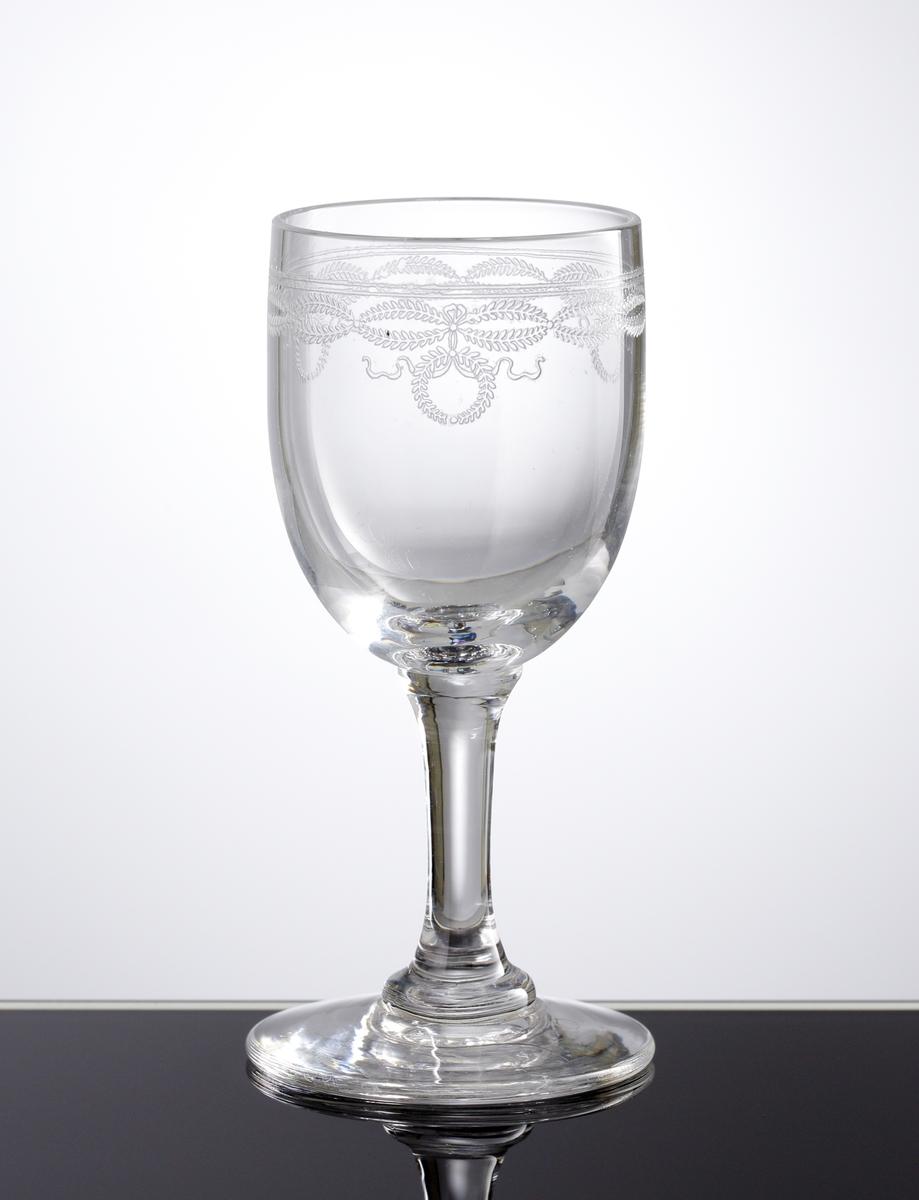 Troligen ett snapsglas. Pantograferad dekor i form av växtgirlanger och kransar i en bård på kupans övre del.