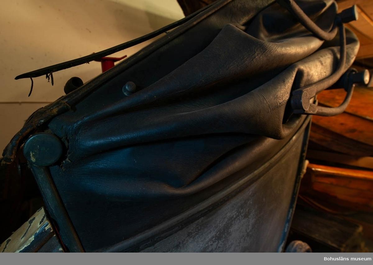 Barouch à bateau, fyrsitsig halvtäckt hästdragen åkvagn av kaleschtyp, caléche à bateau för två dragare.  Dåligt skick, orörd.
