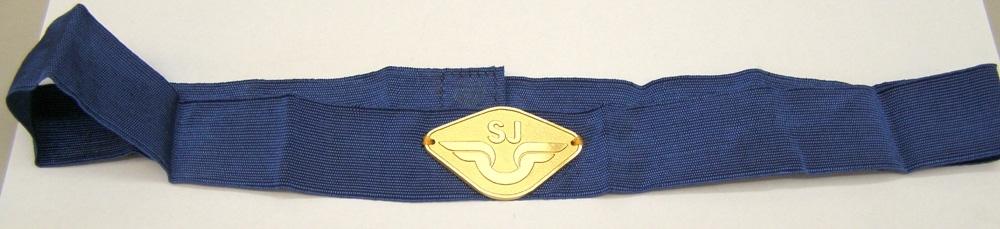 Mellanblått mössband med fastsytt stort SJ-mössmärke från 1985-1991 av guldfärgad metall. Storlek 61-62. Med kardborrband för fastsättning.