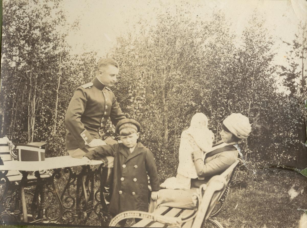 Fotoalbum innehållande bilder från 1898-1915 föreställande soldatliv bland annat vid Boden-Karlsborgs artilleriregemente A 8, utbildning vid Skjutskolan på Rosersberg och Krigshögskolan. Bland bilderna finns fotografier från olika fälttjänstövningar och även bilder med mer civila inslag.
