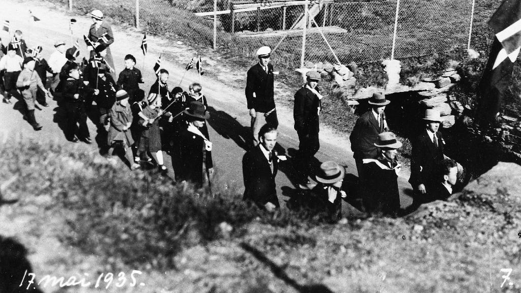 17. mai tog 1935 ved jernbanestasjonen i nåverande (1990) Arne Garborgs veg.