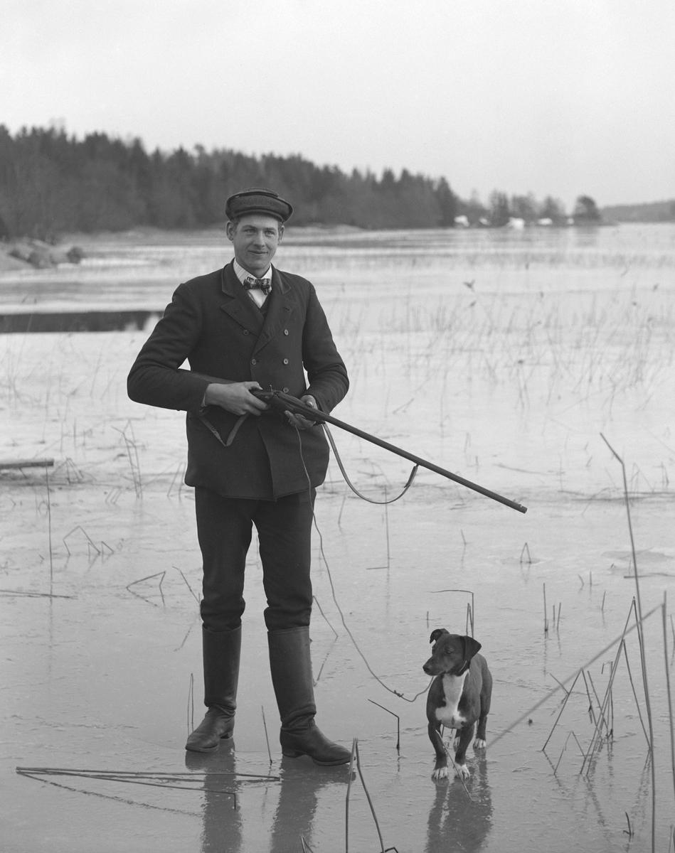 Arrendator Karl Karlsson från Mossen på Norra Finnö på besök hos fotografen Emil Durling i Strömmen, Sankt Anna. Året är 1913.