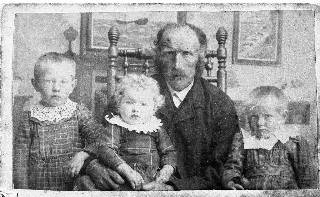 Isak A. Time (1849 - 1924) med tre døtre frå første ektreskap. Frå v. Elisabet Time (1889 - 1962), Serina Time (1890 - 1937) og Olga Time (1893 - 1926).