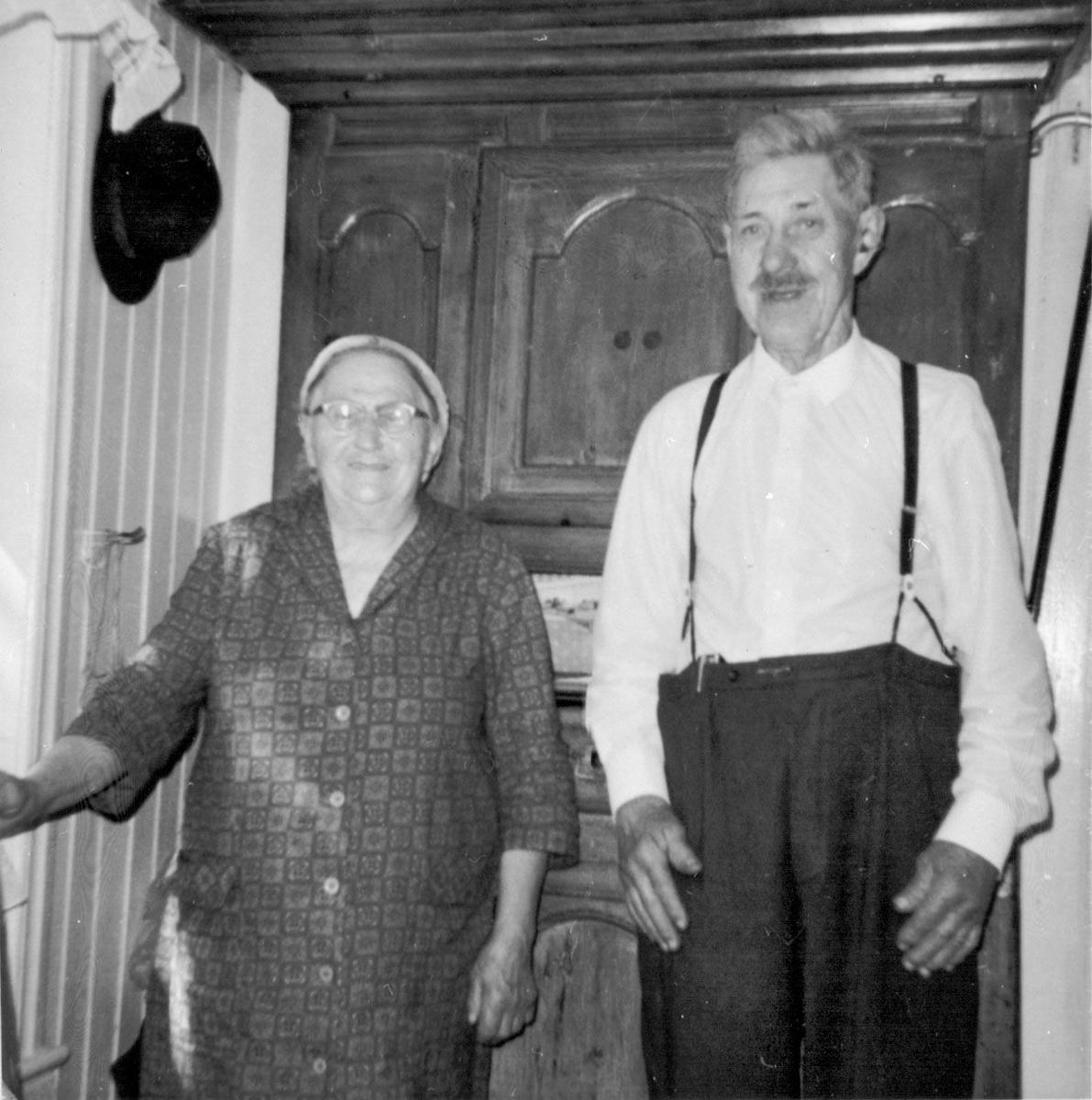 Anne og Nils Folkestad heime på kjøkkenet på Folkestad.