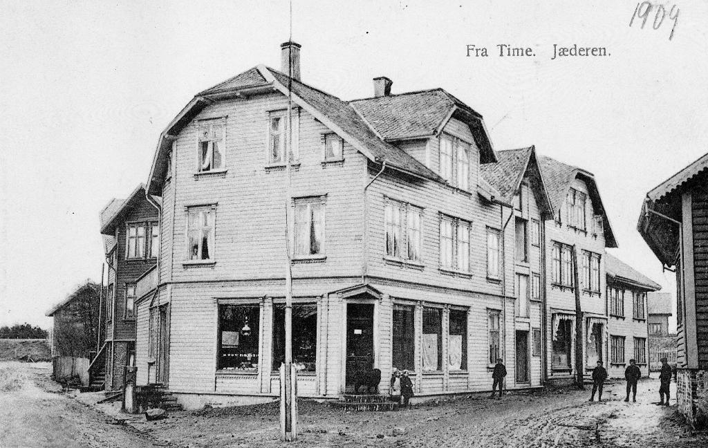 Frå torget med forretningen til Johs. Eide. Til h. Asbjørn Haaland manufaktur, M. Vaaland med fjørfe.