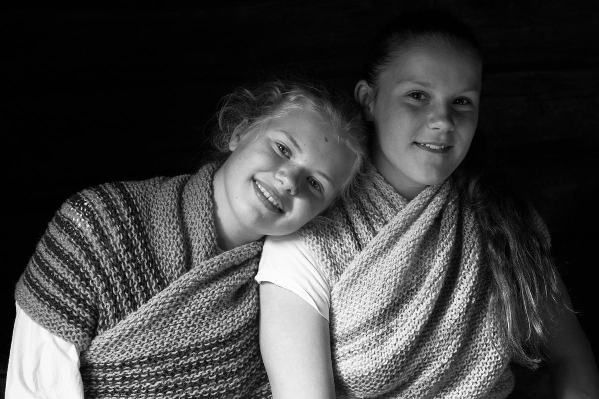 Jenter i bundingstørkle (Foto/Photo)