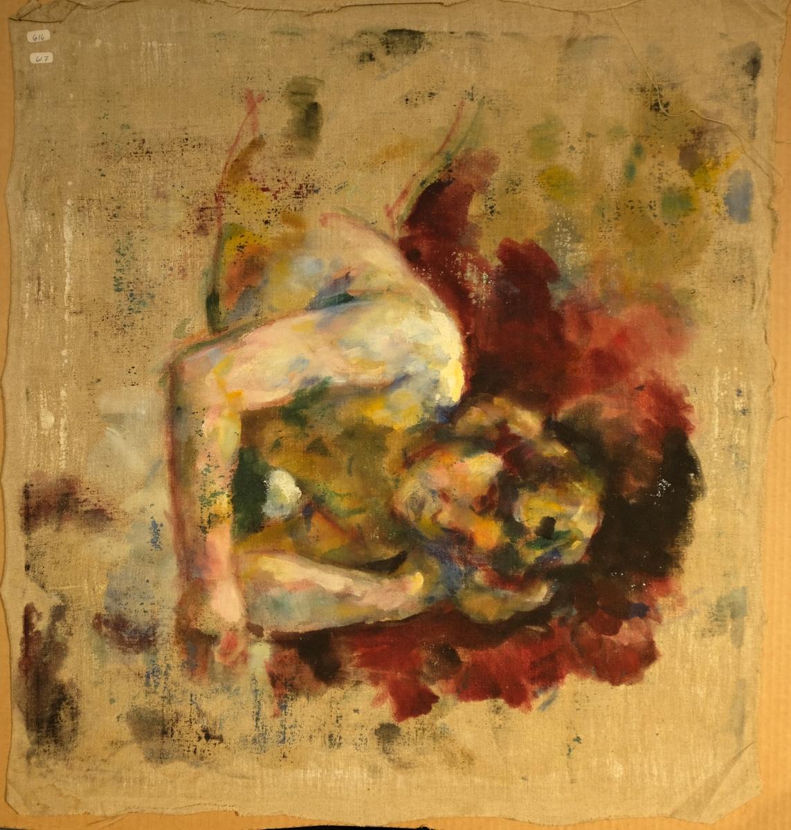 Kvinne ligg på magen og lener seg på albogen. Berre overkroppen som er skildra.